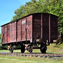 Treinwagon langs de weg naar  de Kamp Mittelbau-Dora