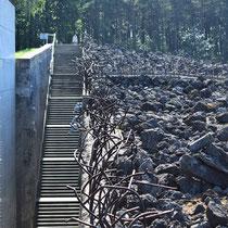 Bovenaan trap naar links Memorial Monument Belzec