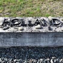 Stenen met nationaliteiten die in het kamp gezeten hebben langs de apelplaats