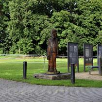 02. Locatie voormalig  kamp terrein Börgermoor - met 3 informatieborden en een houten beeld van een 'Veen Soldaat'