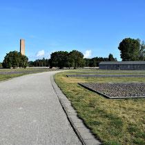 Pad langs barakken naar monument, wasserette en keuken