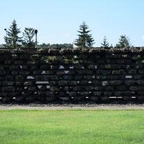 Treinrails Monument - herdenking dat de slachtoffers met de trein aankwamen en ook op rails zijn verbrand.