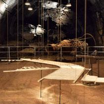 Maquette tunnelstelsel met restanten V1 op achtergrond