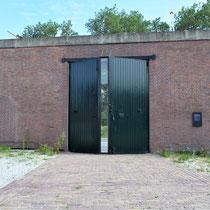 Buitenmuur van binnenaf gezien met oorspronkelijke locatie van de toegangspoort naar Oranjehotel