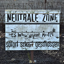 Bord Neutrale Zone - bij het prikkeldraad bij de ingang