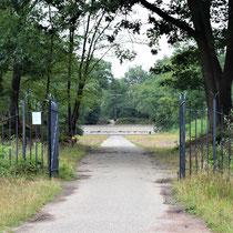 92) Ingang fusilladeplaats naar monument in het bos - Fusilladeplaats ligt ca. 4 km van Nationaal Monument Kamp Vught