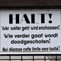 04. 'Halt' bord op hek bij ingang Fort van Breendonk