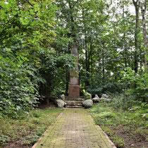 03. Het SA-monument is in 1934 opgericht, maar de swastika is na de oorlog vervangen voor een paard