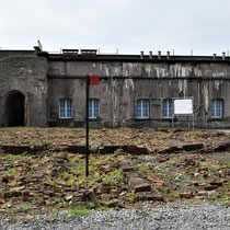 45. Restanten voormalige barakken met zicht op achterste deel van het Fort waar de barakken en cellen voor de gevangenen waren