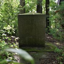 06. Herdenkingssteen op de begraafplaats - staat aan de rechterkant van de begraafplaats
