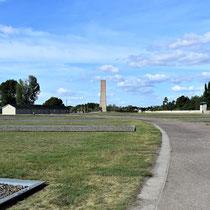 Vlakbij kampgevangenis en gevangenenbarakken met zicht op monument