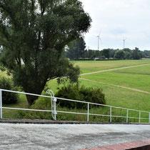Uitzicht vanaf bovenaan de rampe naar links - met zicht op woning kampcommandant
