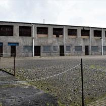 38. Linker binnenplaats van het Fort met zicht op de oude varkensstallen en smid - tevens apelplaats