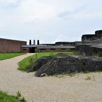 85. Buitenterrein van het Fort - met zicht op de ingang