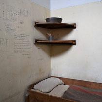 Binnenkant van cel 601 met originele muurteksten