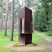 Schuilplaatsverlenersmonument - op de achtergrond portretten van overlevenden tussen de bomen