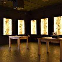 09. Ruimte in het herdenkingscentrum - met allemaal persoonsbewijzen aan de muur