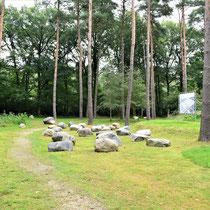 Gedenkplaats met stenen - naast de schietbaan en fusilladeplaats