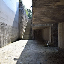 Memorial Monument Belzec- trap naar rechts