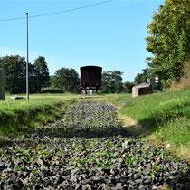 Wagon op plek van voormalig spoor op weg naar het kamp - voormalig spoor wordt met grind aangegeven