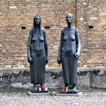 Herdenkingsbeeld bij muur en crematorium