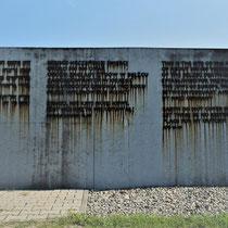 Herdenkingsmuur Bezlec - joodse tekst met 'tranen'