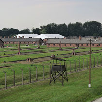 In de toren van Birkenau - links van het spoor stenen barakken