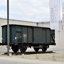 19. Replica van een treinwagon waarmee joden gedeporteerd werden - staat voor het museum