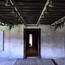 Doucheruimte in Majdanek -  met zicht op gaskamer