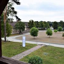 Uitzicht vanaf balkon huis kampcommant naar SS hoofdkwartier