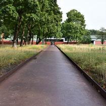 Zicht vanaf de hoofdweg naar ingang museumkant