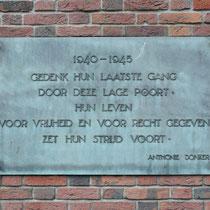 Herdenkingsplaat naast kleine poort