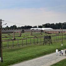 In de uitkijktoren van Birkenau - links van het spoor stenen barakken