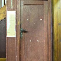 Originele deur met Russische krant aan de muur