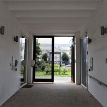 06. Ingang voormalige Dossin Kazerne - de eerste deur rechts geeft toegang tot een herdenkingscentrum