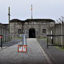 05. Ingang Fort van Breendonk met links de ticketverkoop en informatiecentrum