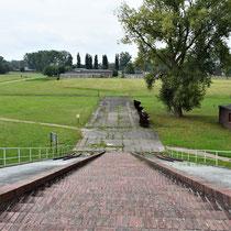 Uitzicht van bovenaan de rampe rechtdoor - met zicht op SS bunkers en garages