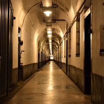 47. Tunnel in het achterdeel van het Fort met aan de rechterkant de barakken en cellen voor de gevangenen
