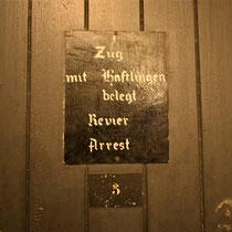 58. Bord op de voorkant van de deur van de barakken voor de gevangenen
