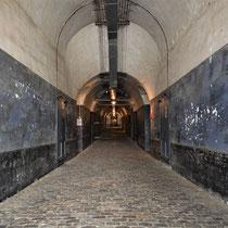 14 Binnenkomst Fort van Breendonk - lange tunnel verder het Fort in - aan de rechterkant zit de voormalige SS kantine