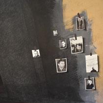 Foto's van de mensen die  verantwoordelijk waren voor de moorden zijn op het kunstwerk bevestigd