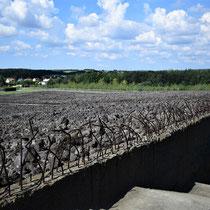 Bovenaan trap naar rechts Memorial Monument Belzec