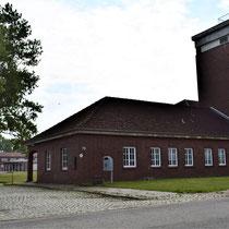 Voorkant SS bewakingskantoor met ingang SS kamp links
