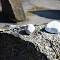 Overzicht memorial stenen - met roos