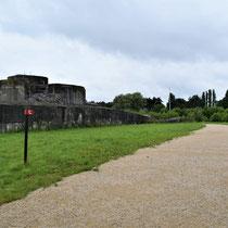 84. Buitenterrein van het Fort - van de rechterkant loop je achterlangs om het Fort heen