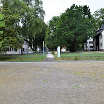 Voormalig SS kamp - nu administratiekantoren rechts en links jeugdherberg - zicht vanaf het plein voor het kamp