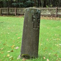 05. Herdenkingssteen -  een van de vele op het veld