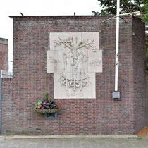 Een relief van Albert Termote dat in 1950 werd onthuld. De sculptuur toont de saamhorigheid van de gevangenen