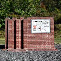 Monument langs de weg naar het kamp ter gedachtenis aan de dodenmarsen