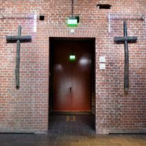 Oorspronkelijke ingang gevangenis met de originele kruizen die bij de herdenkingsplaats op de Waalsdorpervlakte stonden